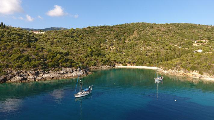 Der Blick in die Bucht auf zwei wunderschöne Boote. Die JoJo vorne im Bild und wir näher am Strand