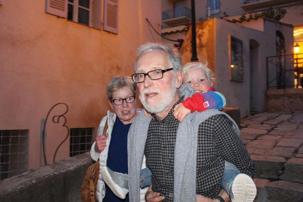 Huckepack bei Opa nach dem Abendessen in Calvi