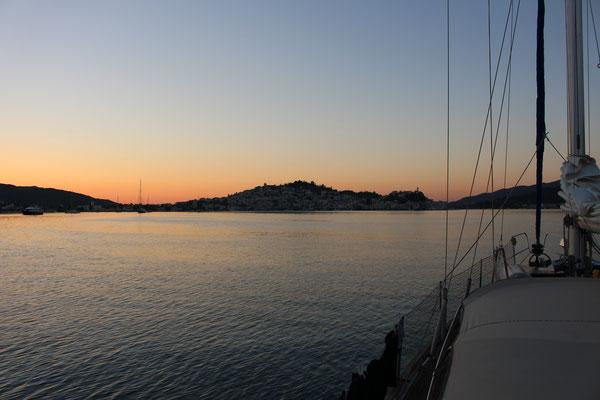 Fahrt ins den Sonnenaufgang von Poros in die Kykladen