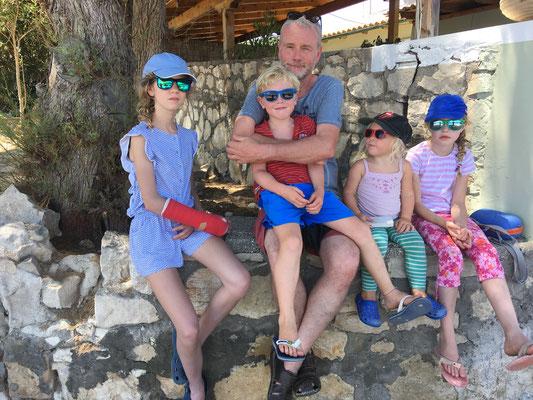 Opa, Tanten, Neffe und Nichte in Gaios - Paxos im Schatten