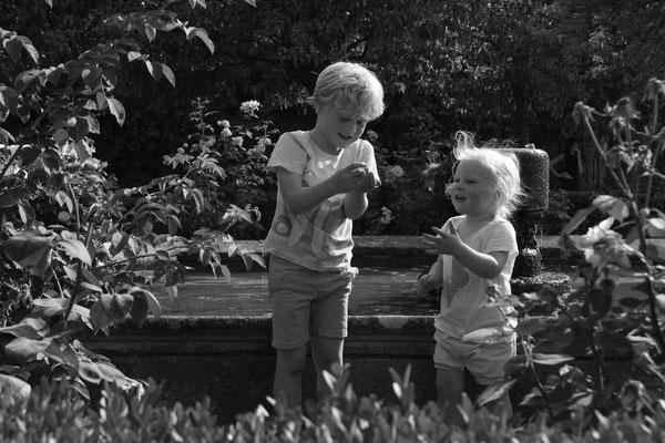 Glückliche Kinder beim Brunnenplündern im Forum Romanum (alle Pfennige wurden wieder reingeworfen)