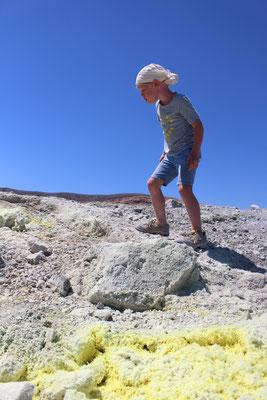 Auf dem Vulkan mit gelbem Schwefel