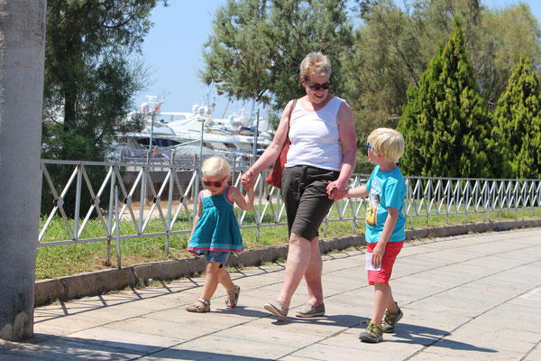 Oma Hanni mit Jakob und Emily