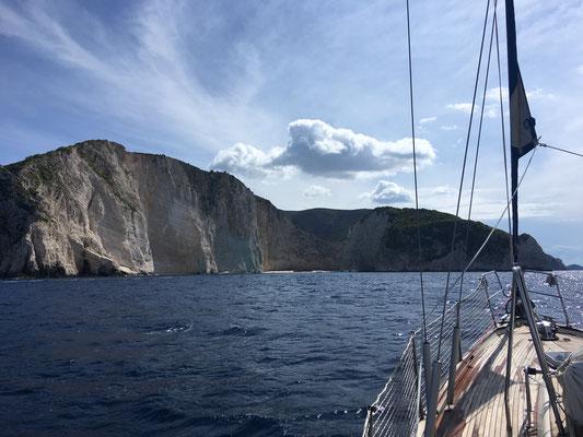 Anfahrt auf die Steilküste von Zakynthos und Ship Wreck Bay