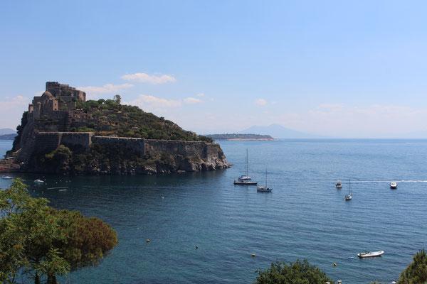 Blick auf die Ankerbucht vor Ischia mit unserer ALIA