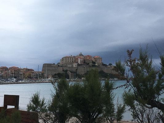 Blick auf die Stadt Calvi vom Strand aus