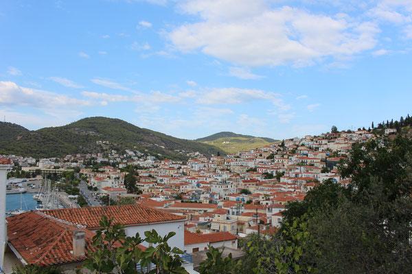 Blick auf Poros Stadt