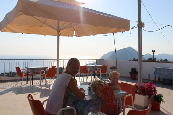 Abendessen über den Dächer von Pelekas - Korfu