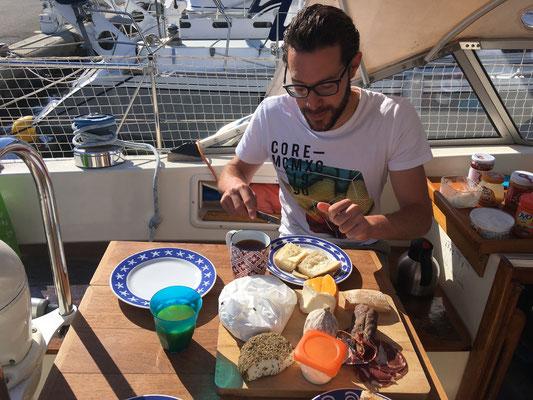 Gemütlich Frühstück in der Sonne im Hafen von Saint Florent