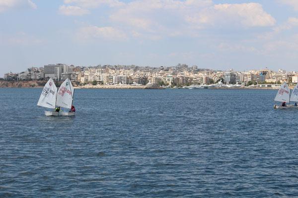 Athen - wir werden begrüßt von einer Gruppe Optimisten