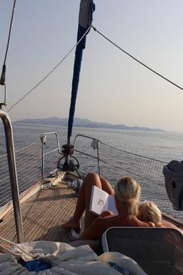Alia in der Flaute bei der Überfahrt von Mykonos nach Paros