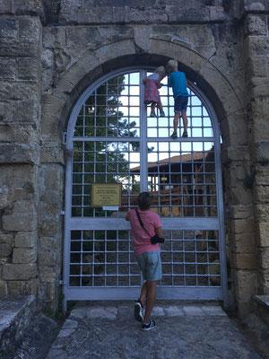 Unsere zwei Kletteräffchen vor verschlossener Tür
