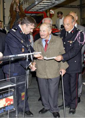 Alfred Elser a remis à l'œuvre des pupilles des pompiers la somme de 620€, le résultat de la vente de fleurs qu'il réalise chaque année