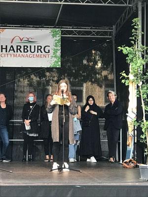 Selina Cinar liest am 5.9. vor 200 Zuschauern auf dem Harburger Rathausmarkt ihre Geschichte aus unserer Anthologie