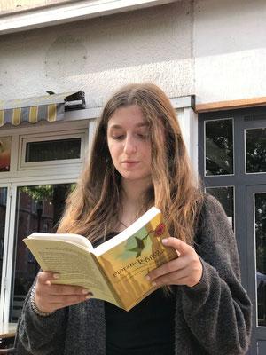 Selina Cinar übt das Vorlesen