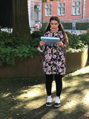 Hier übt Meryan Bouhassoun für die Lesung auf dem Harburger Rathausplatz am 5.9. 21