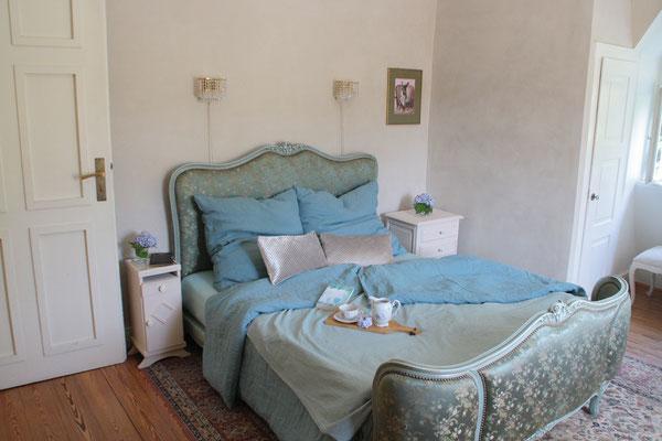 Schlafen im orginal französchischem Bett mit metallfreiem Manufaktum Bettsystem. Ausgesucht liebevolle Einrichtung, auch hier im Boudoir-Schlafzimmer mit begehbaren Schränken.