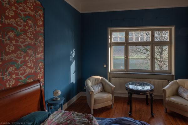 Unser blaues Chinoise Chic Schlafzimmer, die Wände gestrichen in einem fazinierenden Blau von Painting The Past, die Decke verputzt in unserem schönsten weißen Lehmputz.