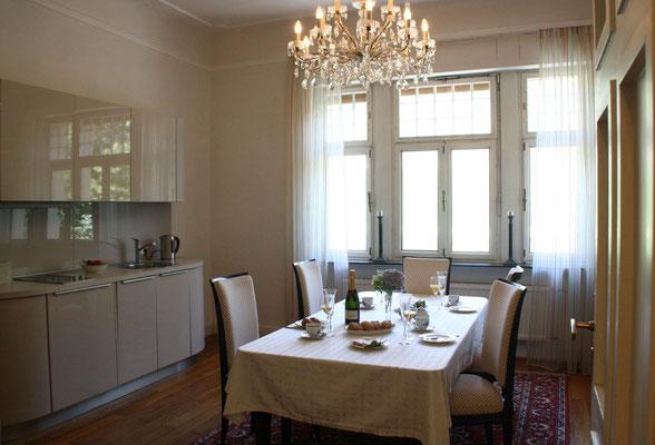 Ferien in der Villa Mathilda heißt auch, Freunde, Gäste oder die Familie zu einem schönen Essen einzuladen, gemeisam feiern, die großen oder kleinen Anlässe im Leben. Bis zu 12 Personen speisen dann am erweiterbaren Art Deco Tisch.