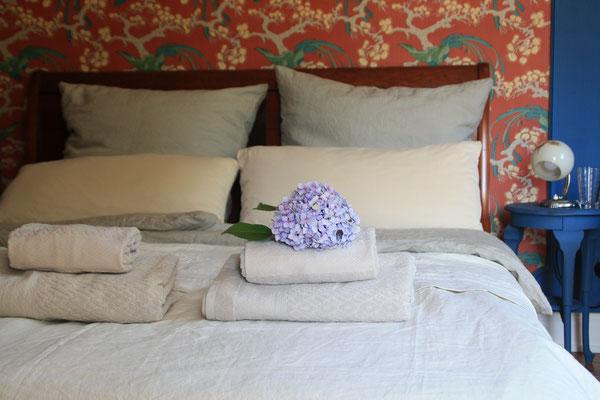 Bei uns werden Sie in feiner Leinenbettwäsche gebettet und schlafen auf gesunden Matratzensystemen.