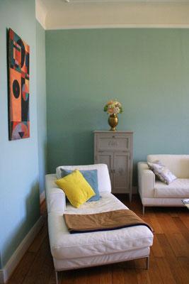 Elegant möbliertes Wohnzimmer mit Leder Chaiselongue