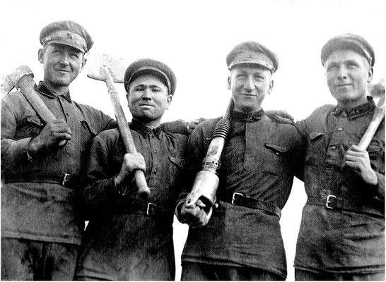 Второй справа, возможно, Галахов В.И. из 286 сп, впоследствии Герой Советского Союза.