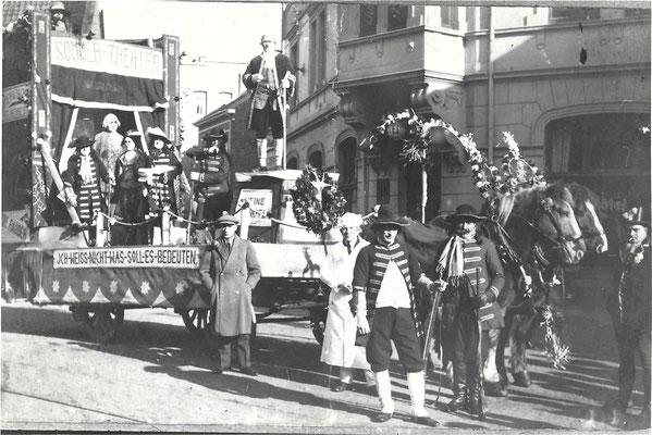 Prunkwagen im Karnevalsumzug des Jahres 1930.