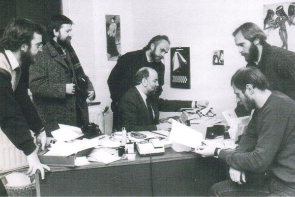 """Redaktionsmitglieder des """"Grenzland-Report"""" 1984 bei einer Besprechung (v.l.n.r.: Gerard Cremer, Werner Barth, Werner Mießen, Freddy Derwahl, Werner Baumgarten und Edgard Belleflamme)."""