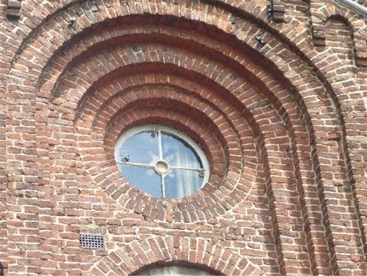 Ziegelmauerwerk mit Gestaltungsmerkmalen des Klassizismus kennzeichnet die Architektur.