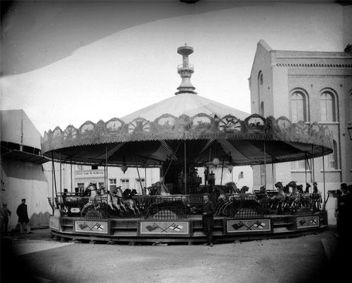 """Auch 1930 war der """"Polleur"""" mit seinen springenden Pferden zu Gast auf der Kirmes in der Eupener Oberstadt."""