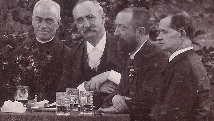 Bürgermeister Theodor Mooren (2.v.l.); das Foto aus der Sammlung des EGMV zeigt ihn mit Rektor Lamby und den Stadtverordneten Richard Warlimont und Jakob Cloot bei einem Fest des Eupener Verschönerungsvereins.