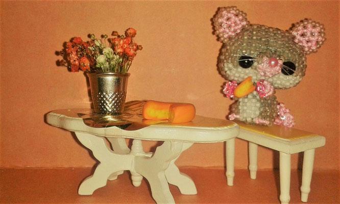 Maus mit selbstgemachtem Käse und Blumen