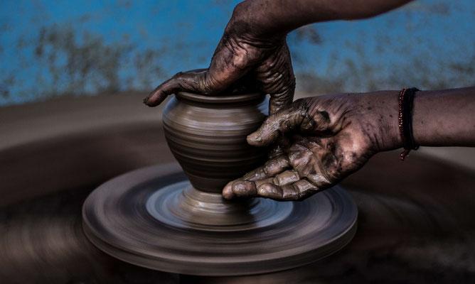 töpfer kunst - person töpfert einen krug oder gegenstand aus ton