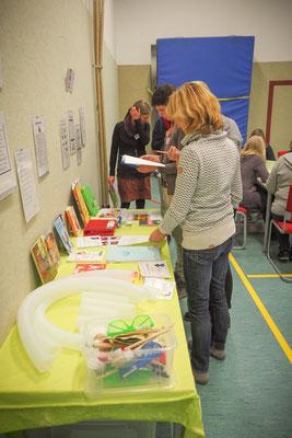 Lehrkräfte informieren sich über Literatur