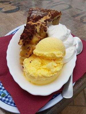 Café Vista Paraíso, Spezialität des Hauses: Warmer Salzburger Apfelkuchen mit Vanilleeis und Schlagsahne