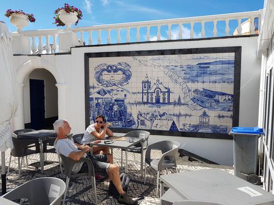 Restaurant Açor gegenüber der Kirche, mit Azulejos