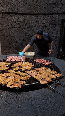 Grill im Restaurant El Diablo, beheizt mit der Hitze des Vulkans