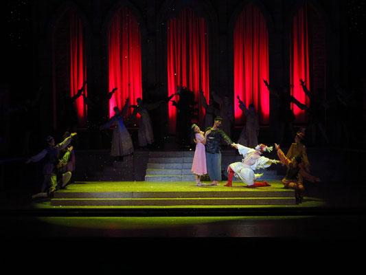 """Applaus nach der Vorstellung von """"Popolvár"""" (Prinzessin, Popolvár, Ganser, v.l.n.r.)"""