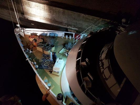 Zeit zum abendlichen Gebet auf dem Vorderdeck eines Kreuzfahrtschiffes