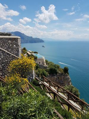 Conca dei Marini, Blick von der Via Roma auf das Hotel Monastero Santa Rosa mit Swimmingpool