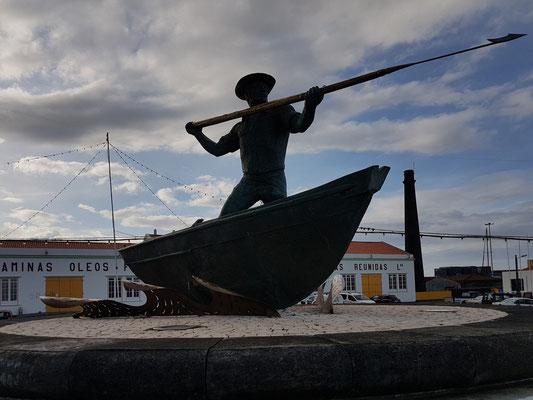 Walfangboot und Harpunier (Trocador), Skulptur im Hafen von São Roque do Pico