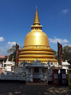 Stupa von Dambulla. Der Stupa ist ein buddhistisches Bauwerk, das Buddha selbst und seine Lehre, den Dharma, symbolisiert.