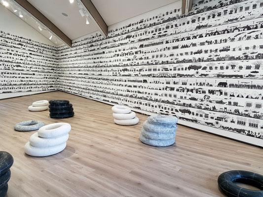 Ai Weiwei (geb. 1957): Odyssey, 2017, Wallpaper, und Tyres, 2016, Marmor