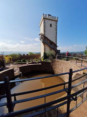 Zweiter Burghof mit Zisterne und Südturm