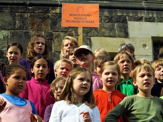 Schülerinnen und Schüler der Montessori-Schule Reumontstraße