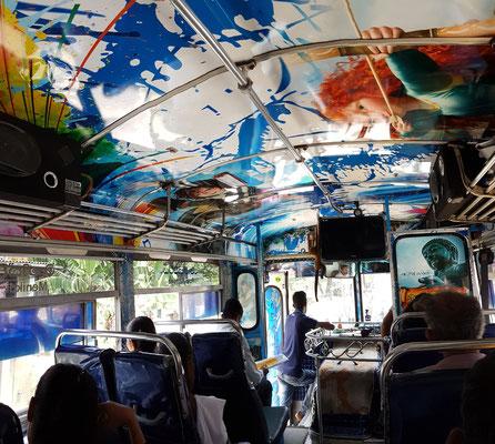 Im Stadtbus vom Botanischen Garten nach Kandy zurück für 19 Rp. (=10 Cents)