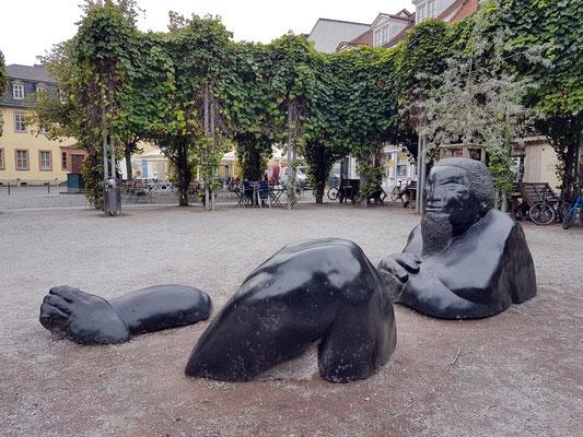 """""""Versunkender Riese"""" auf dem Frauenplan, Skulptur aus dem vulkanischem Gestein Pikrit von Walter Sachs, 1992"""