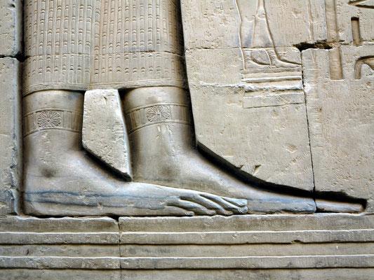 Füße der Königin, geschmückt mit Fußreifen
