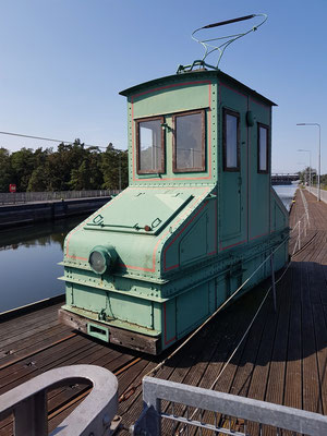 Historische Treidellokomotive auf der Kanalbrücke