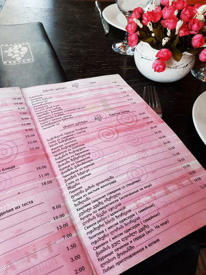 Zum Lunch im Restaurant Mtevani in Sighnaghi, Speisekarte in Georgisch und Russisch
